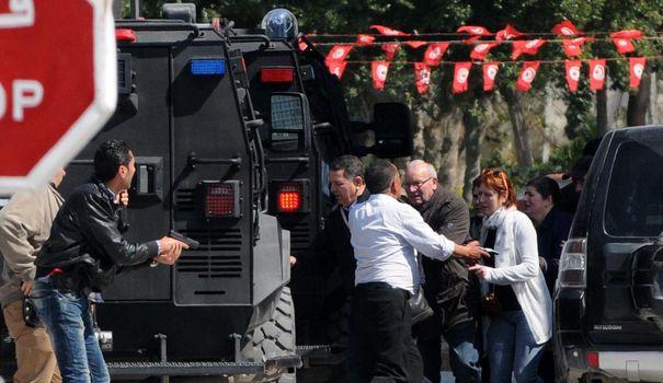 des-touristes-evacues-du-musee-du-bardo-cible-d-une-attaque-terroriste-le-18-mars-2015-a-tunis_5304147