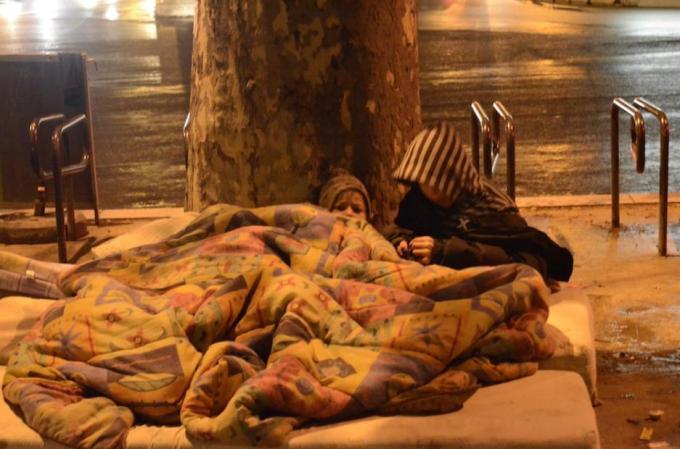 Enfants sur le trottoir, place de la République. Photo Sandra Prestianni