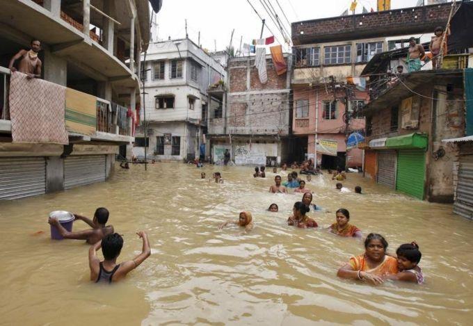 Aoôut 2015. Le cyclone tropical Komen s'est ajouté aux pluies de mousson, provoquant une brusque montée des eaux dans le Golfe du Bengale. Il a touché la Birmanie, l'Inde, le Pakistan et le Bangladesh, l'un des pays les plus menacés au monde par le changement climatique. Ci-dessus, photo prise le 4 août dans le Nord-Est de l'Inde. Photo Rupak de Chowdhuri - Reuters
