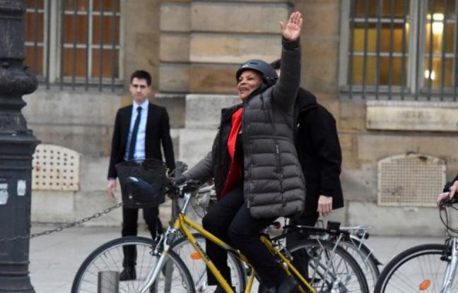 Paris, le 27 janvier 2016. Christiane Taubira quitte le ministère de la Justice à vélo. - DOMINIQUE FAGET / AFP