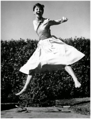philippe-halsman-actress-audrey-hepburn-jumping-1955