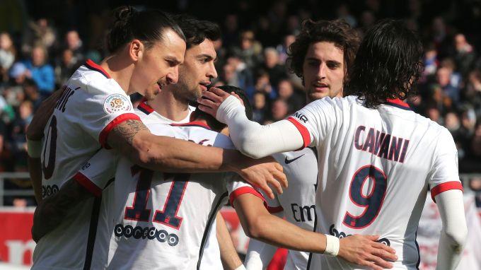L'attaquant du PSG Zlatan Ibrahimovic (g) fête l'un de ses 4 buts face à Troyes, le 13 mars 2016 au stade de l'Aube afp.com/FRANCOIS NASCIMBEN