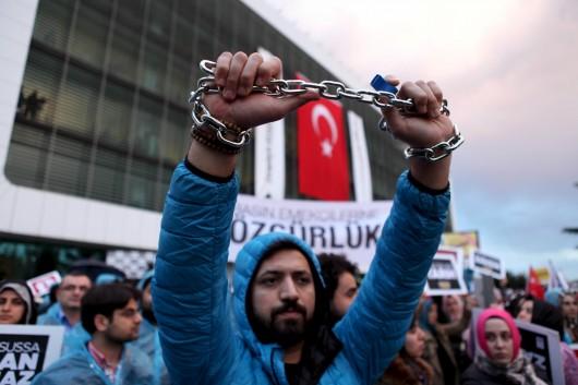 Manifestation de soutien devant les locaux de Zaman à Istanbul, le 4 mars. Kursat Bayhan/Zaman Daily/REUTERS