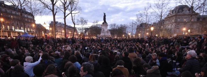 Les participants du mouvement Nuit debout, place de la République, à Paris, le 11 avril 2016. (DOMINIQUE FAGET / AFP)