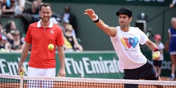 Novak Djokovic (ici avec Michaël Llodra), en béret pour s'essayer à la pétanque. (P. Lahalle/L'Equipe)