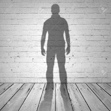 31752604-l-ombre-d-un-homme-sur-le-mur-de-briques-blanches-et-plancher-en-bois-banque-dimages