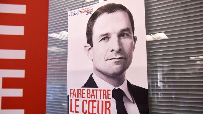 L'affiche de campagne de Benoît Hamon (en noir et blanc!) au QG du candicat, le 9 décembre 2016 à Paris afp.com - BERTRAND GUAY